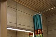 Потолок в ванной комнате из лиственницы.