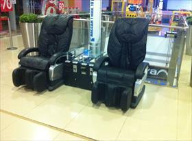разгрузить и установить массажные кресла