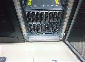 Сборка стойки хранения данных в дата-центре