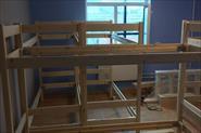 Сборка двухэтажных кроватей в хостеле